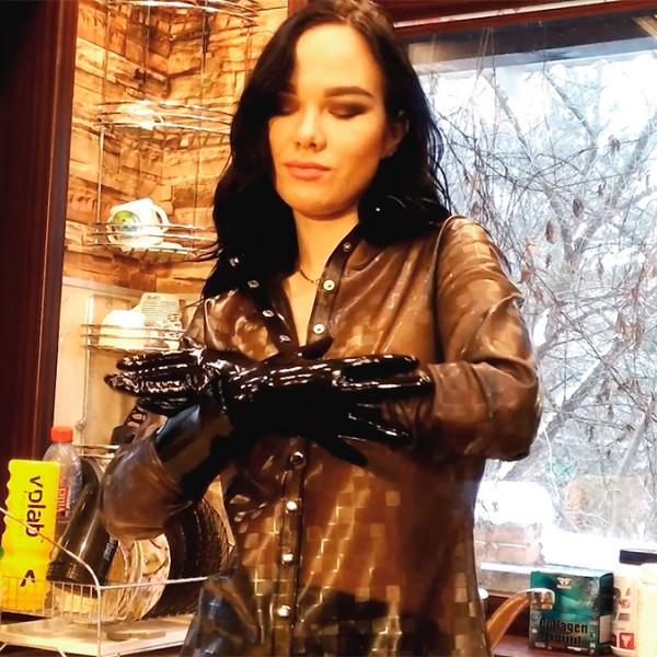 Видео: Эльвира в текстурном латексе и перчатках